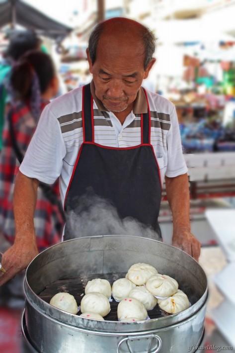 Bangkok Chinatown food vendor