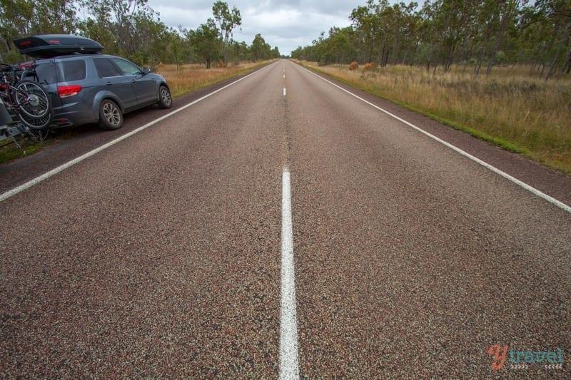 Conduite sur Savannah Way dans le Queensland, Australie
