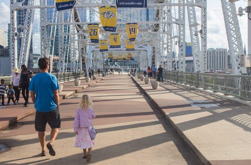 Marcher sur la passerelle pour piétons à Nashville