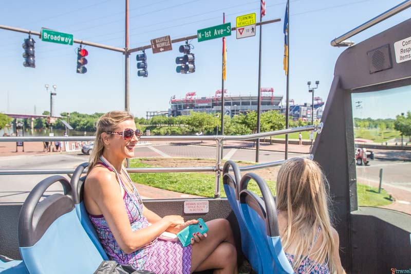 Hop-on-off-bus-things-to-do-in-Nashville-with-kids ▷ Comente sobre los 4 mejores lugares para visitar en Tennessee (y un itinerario para cada lugar) por Cómo Tennessee puede ser el mejor destino para unas vacaciones | Guía local de los Estados Unidos