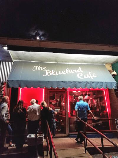 The-Bluebird-cafe-nashville ▷ Comente sobre los 4 mejores lugares para visitar en Tennessee (y un itinerario para cada lugar) por Cómo Tennessee puede ser el mejor destino para unas vacaciones | Guía local de los Estados Unidos