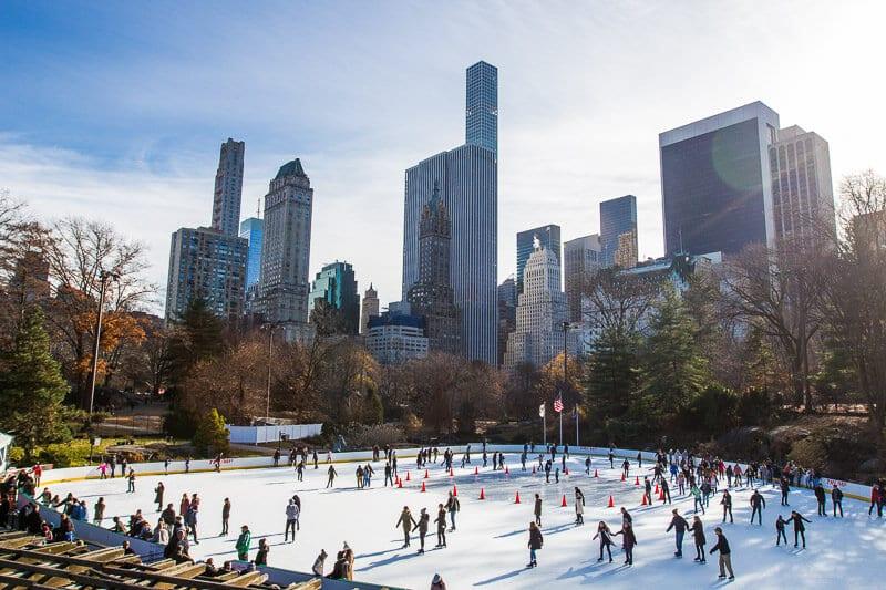 Ice-skating-Wollman-Rink-Central-Park-New-York-at-Christmas ▷ Comente 15 cosas emocionantes para hacer en la Ciudad de Nueva York con niños (o sin ellas) por 31 cosas perfectas para hacer en la Ciudad de Nueva York con niños: una mezcla de paradas turísticas y aventuras únicas | Encuentra Vacaciones Familiares Baratas
