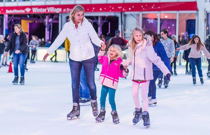 ice-skating-Bryant-Park-New-York ▷ Comente 15 cosas emocionantes para hacer en la Ciudad de Nueva York con niños (o sin ellas) por 31 cosas perfectas para hacer en la Ciudad de Nueva York con niños: una mezcla de paradas turísticas y aventuras únicas | Encuentra Vacaciones Familiares Baratas