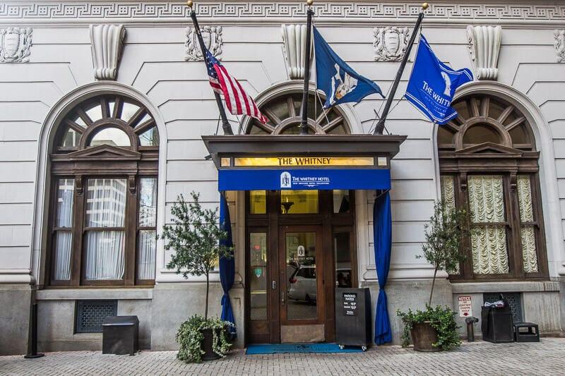 """The Whitney Hotel, La Nouvelle-Orléans """"width ="""" 800 """"height ="""" 533 """"data-jpibfi-description ="""" """"data-jpibfi-post-excerpt ="""" """"data-jpibfi-post-url ="""" https: // www. ytravelblog.com/new-orleans-mardi-gras-with-kids/ """"data-jpibfi-post-title ="""" Comment profiter du Mardi Gras de la Nouvelle-Orléans avec des enfants (oui vous le pouvez!) """"data-jpibfi-src ="""" https : //www.ytravelblog.com/wp-content/uploads/2018/03/IMG_0101.jpg"""