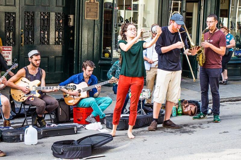 Les amuseurs publics sur la rue Royal dans le quartier français