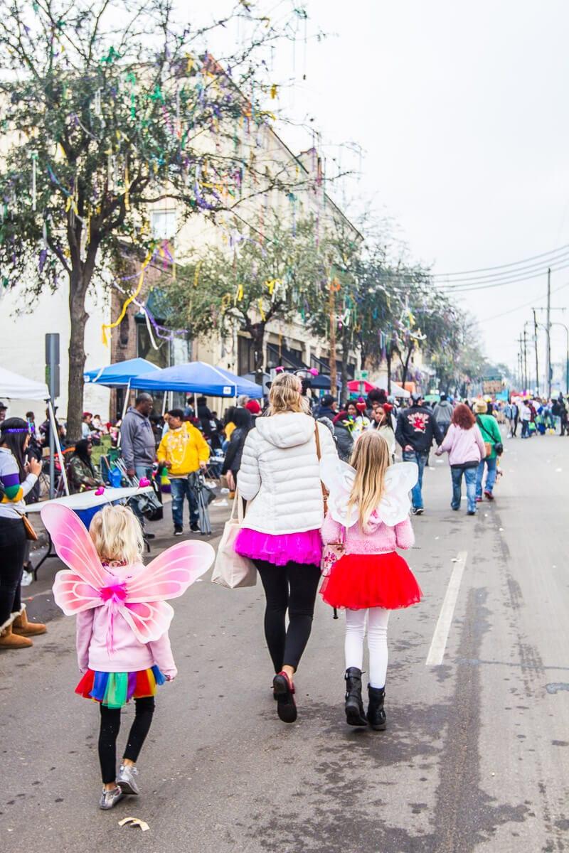Marcher le long de St, Charles Avenue à la Nouvelle-Orléans pendant le Mardi Gras