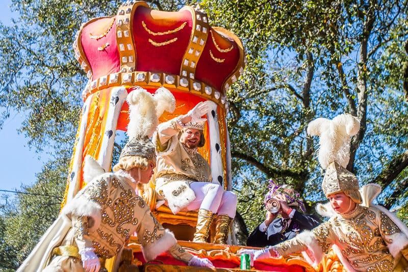 Le roi Rex au Rex Parade pendant les couleurs du Mardi Gras.