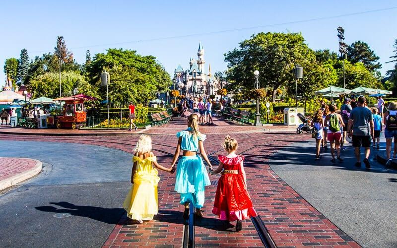Marcher sur la rue principale à Disneyland
