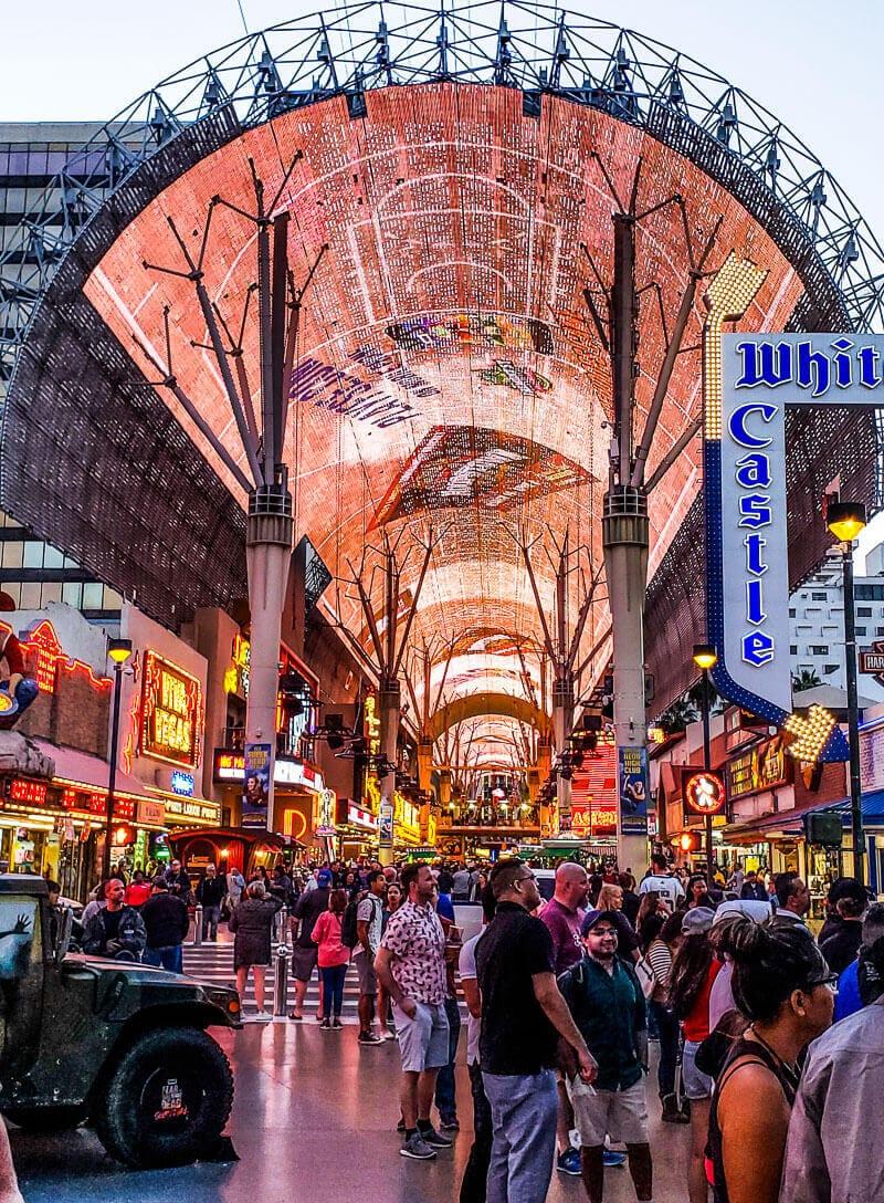 freemont-street-downtown-vegas ▷ Comente sobre cómo visitar Las Vegas con un presupuesto limitado - Consejos para ayudarlo a ahorrar dinero con cosas aventureras para hacer en Las Vegas para parejas | Viajeros divergentes
