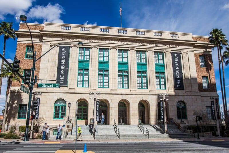 mob-museum-5 ▷ Comente sobre cómo visitar Las Vegas con un presupuesto limitado - Consejos para ayudarlo a ahorrar dinero con cosas aventureras para hacer en Las Vegas para parejas | Viajeros divergentes