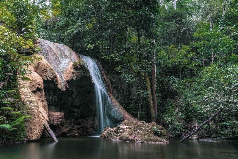 chutes d'eau raja ampat indonésie